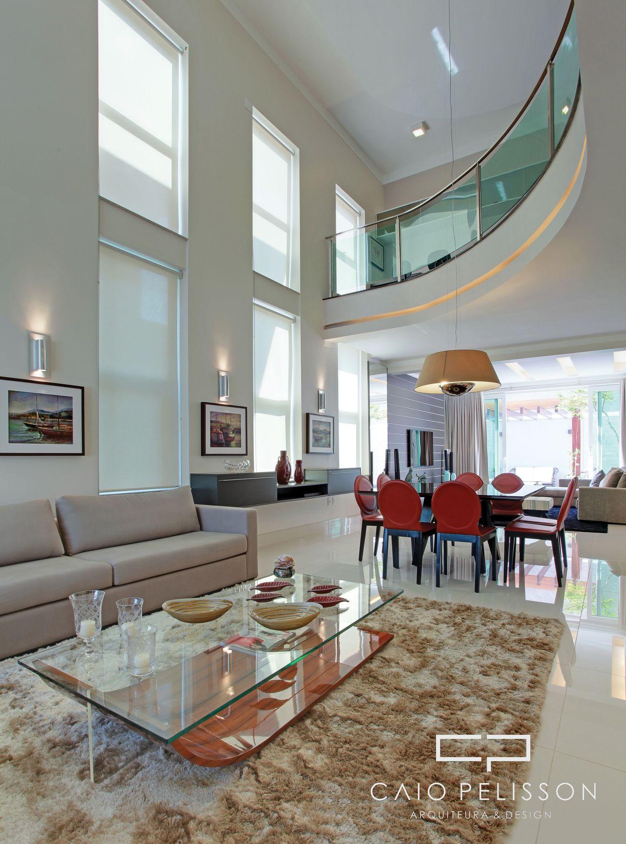 Sala Moderna Clara Com Mezanino E Arandelas De Arquiteto Caio