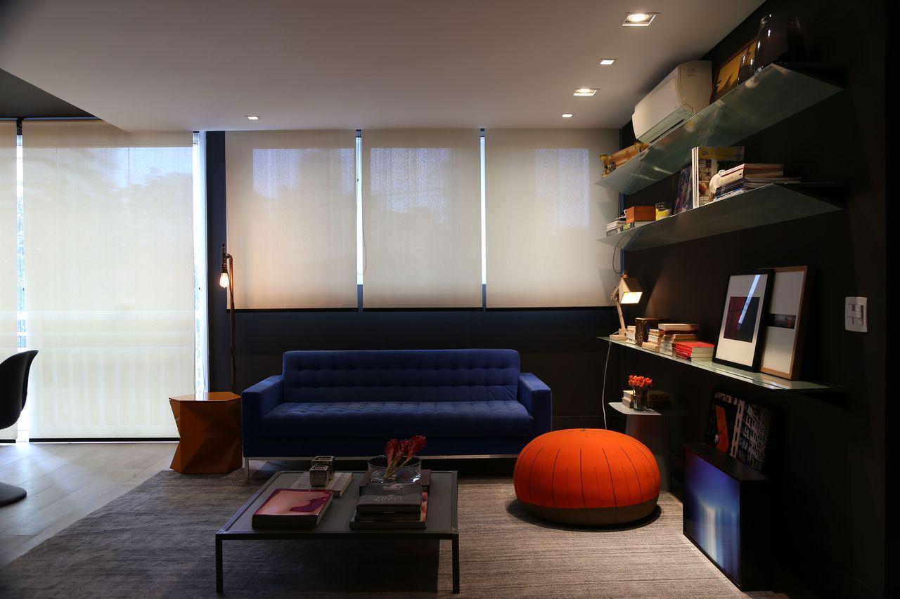 Sala Preta Com Sof Azul Escuro E Puff Vermelho De Triart  -> Decoracao De Sala Azul Marinho