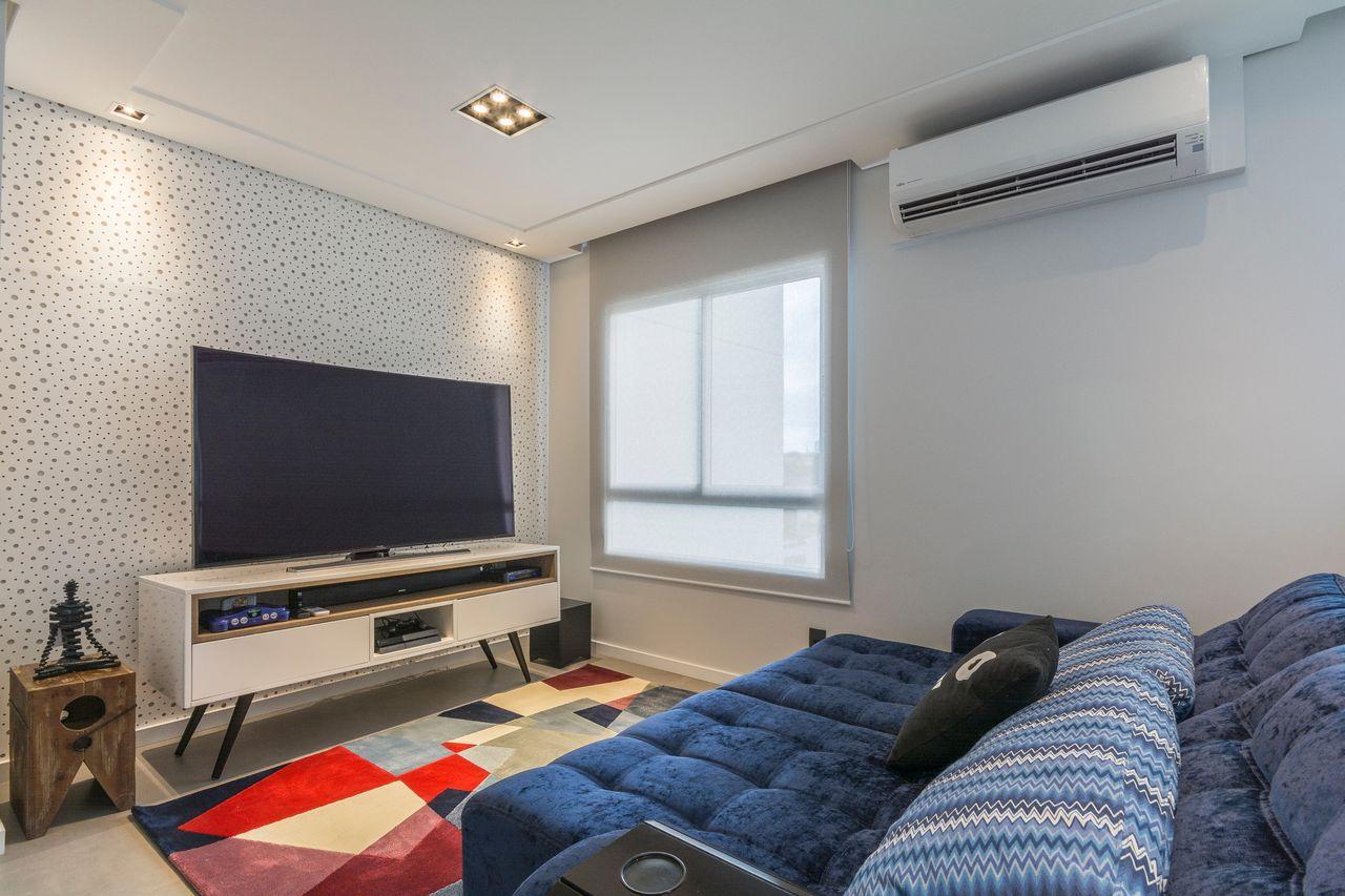 Sala Tv Com Papel De Parede De Bolinha De Idealizzare Arquitetos  -> Sala De Tv E Biblioteca