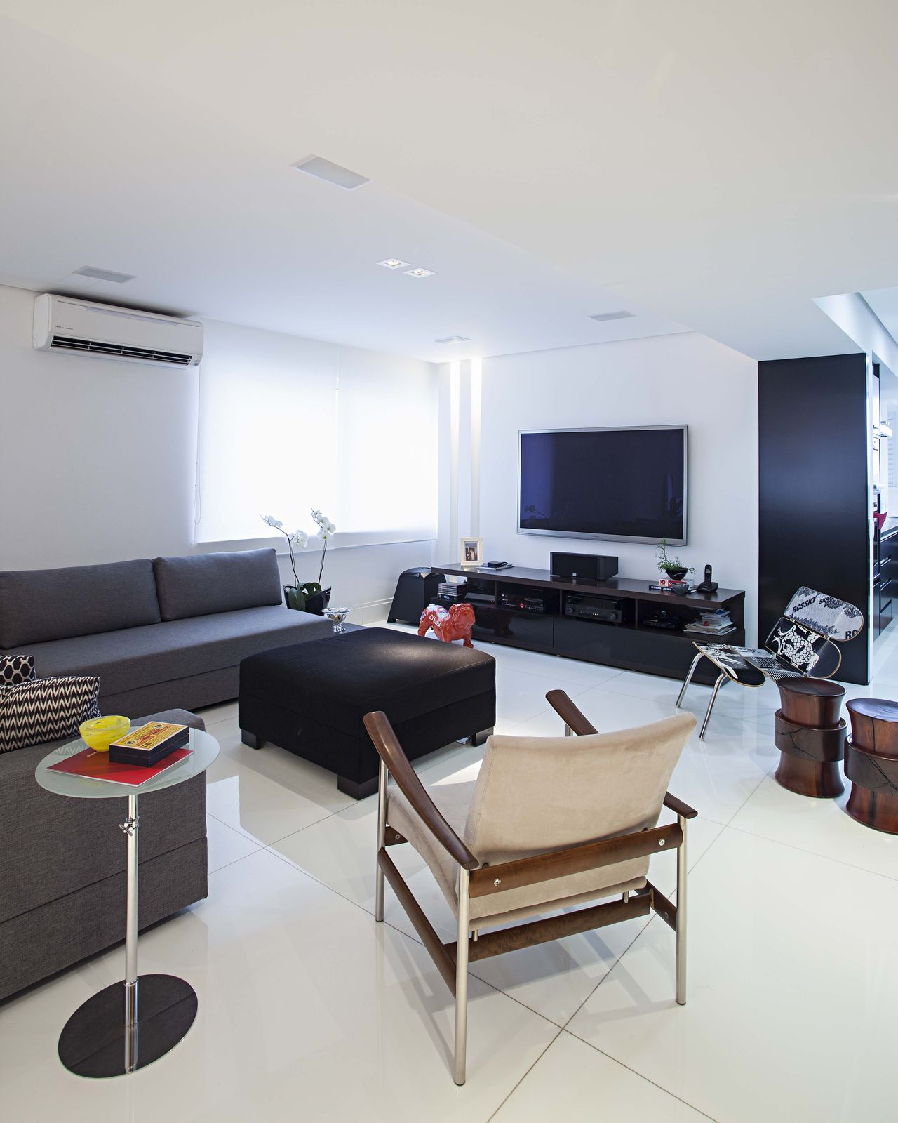Image of: Sala De Estar Com Sofa Cinza E Rack Preto Korman Arquitetos 161725 Viva Decora