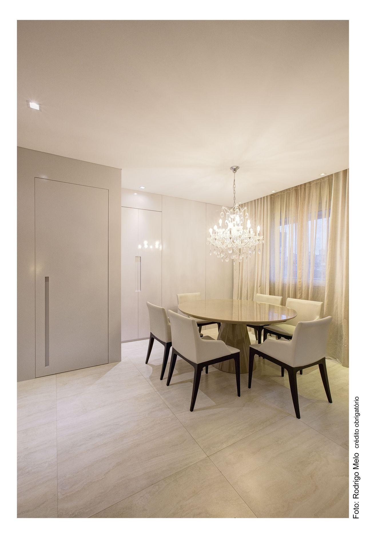 Sala De Jantar Clara Com Lustre De Cristal De Triart Arquitetura  -> Lustres Para Sala De Apartamento Pequeno