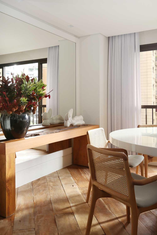 Sala De Jantar Com Aparador De Madeira E Espelho De Mauricio Karam