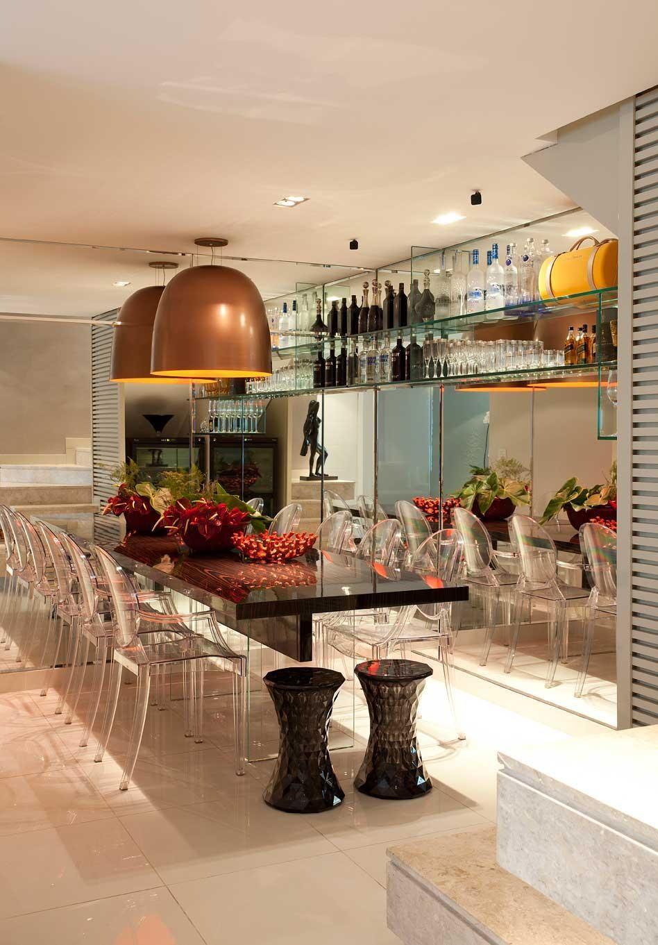 Sala De Jantar Com Cadeiras Em Acr Lico De Luis Fabio Rezende De  -> Cadeiras Para Sala De Jantar Acrilico