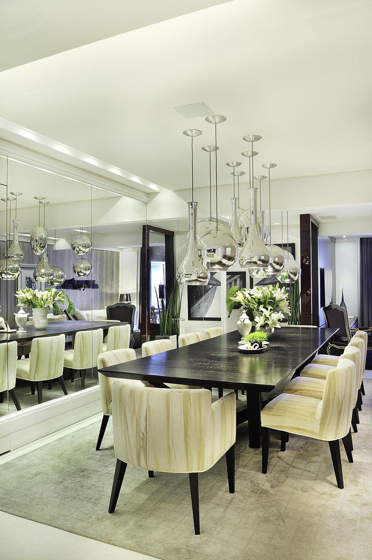 Sala De Jantar Com Espelho Na Parede A Mesa Em Vidro E As Cadeiras  -> Sala De Jantar Com Espelho Na Parede