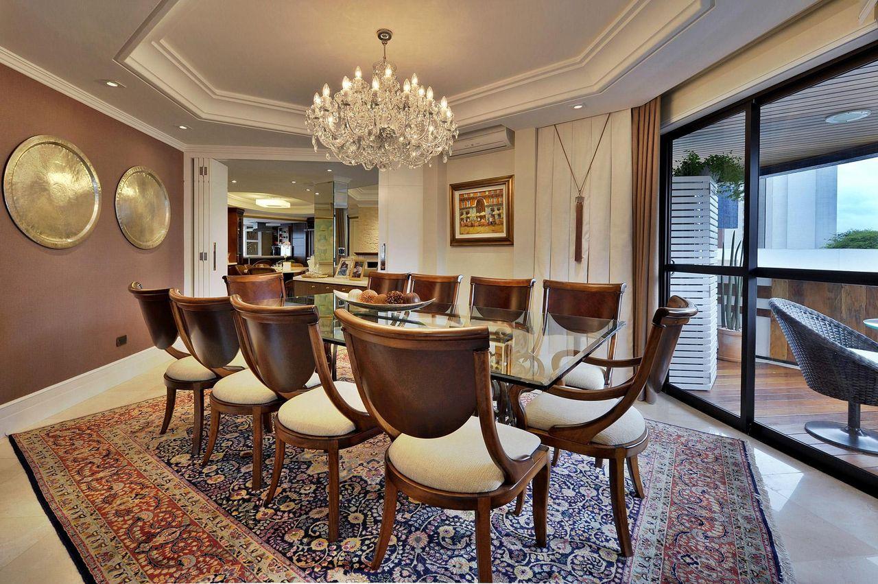 Sala De Jantar Com Mesa De Vidro E Lustre Grande De Bender  -> Lustres Para Sala De Teto Alto