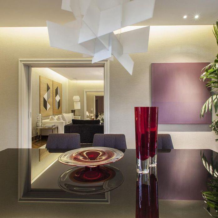 Sala de jantar com mesa escura e vaso Vermelho de Deborah Basso ...