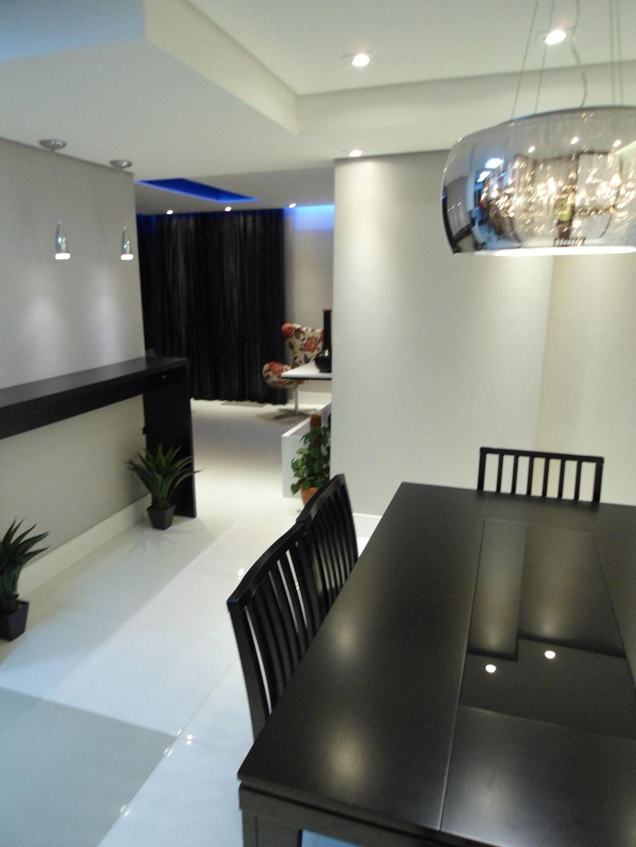 Sala De Jantar Com Mesa Quadrada De Madeira Preta De Juliana  -> Sala Quadrada Planejada