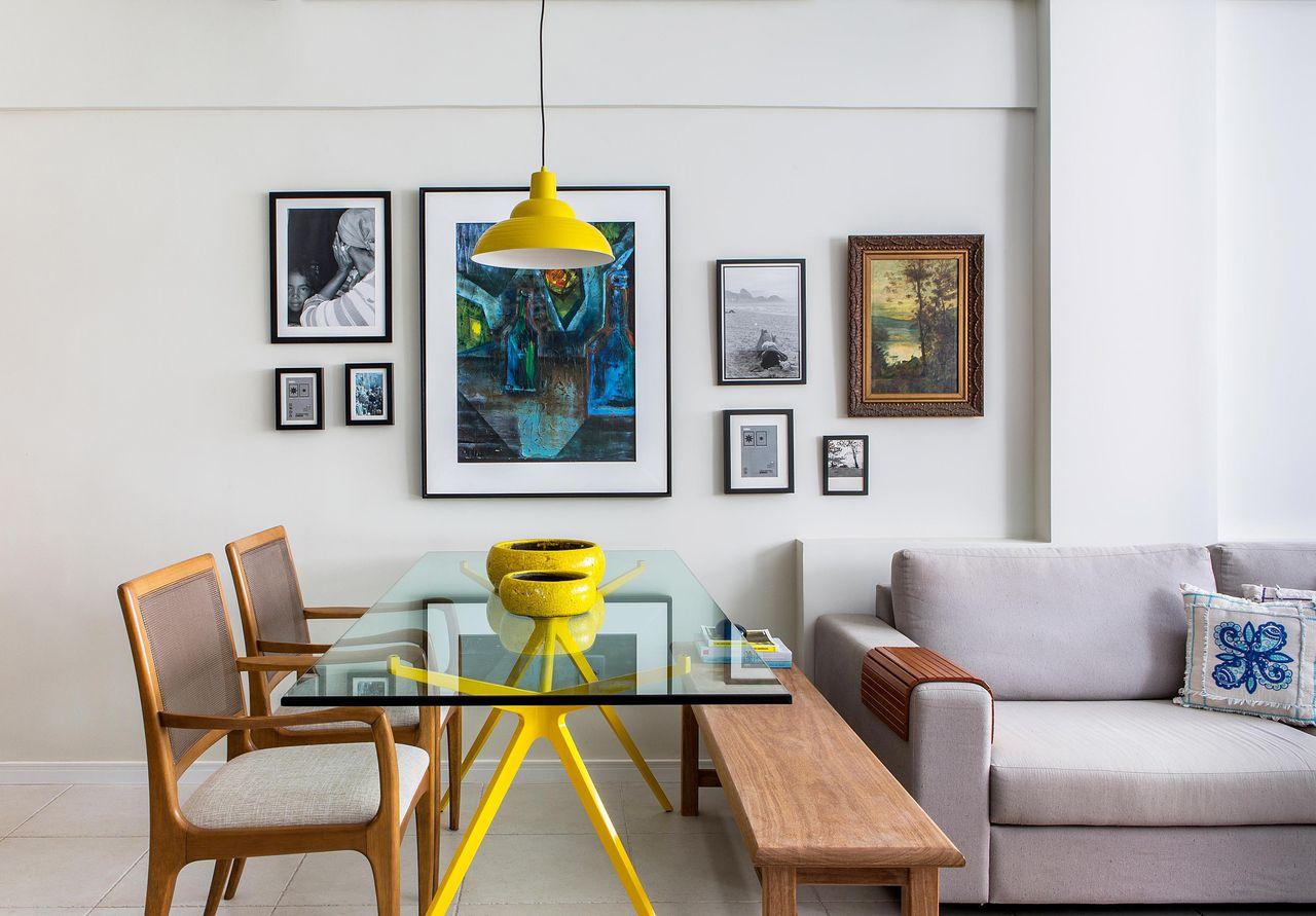 mesa de jantar de vidro com cavaletes amarelos