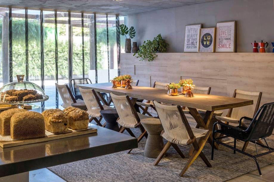 Mesa de jantar retangular de 10 lugares com cavaletes
