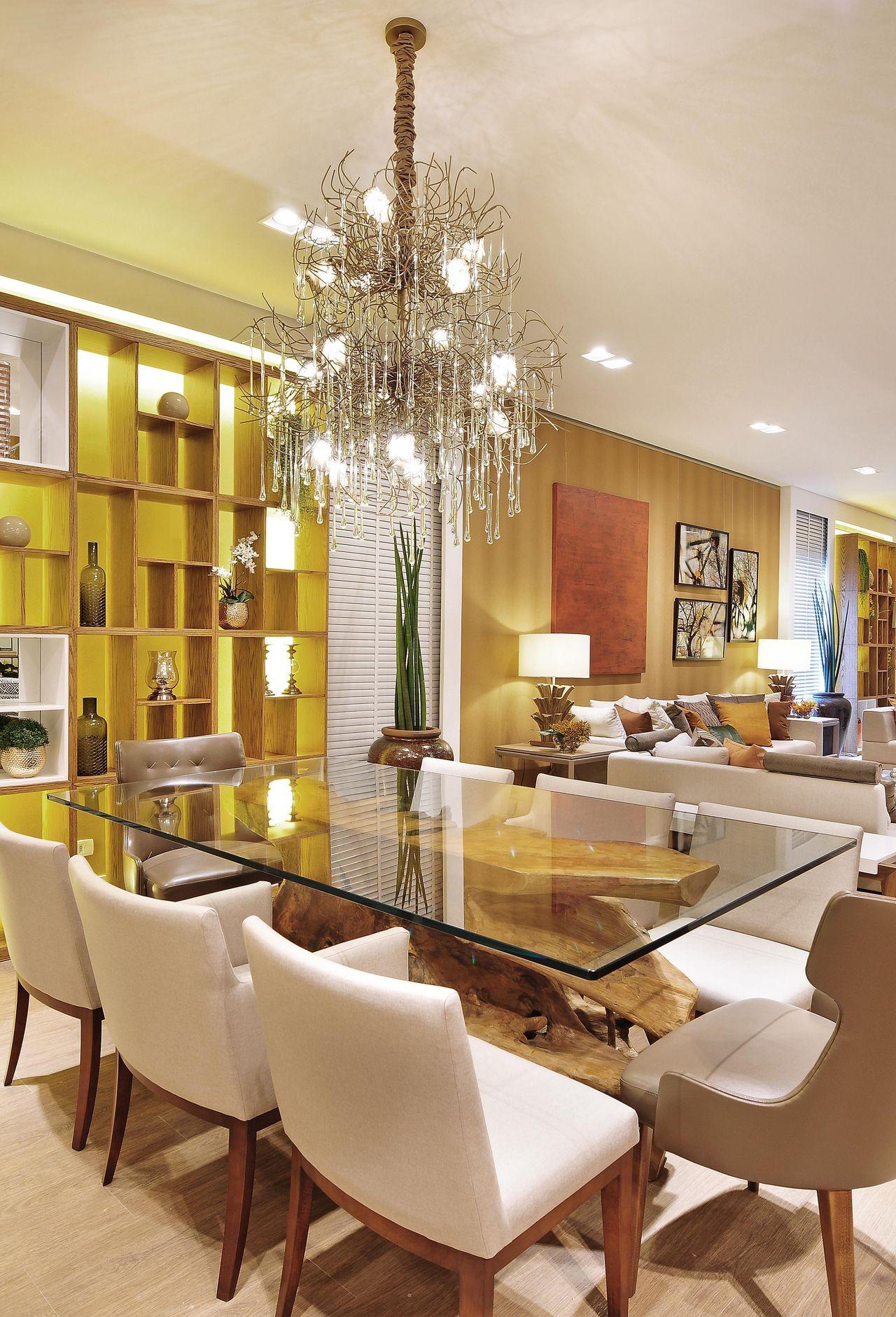 Decoração Sala de Jantar Estante de madeira iluminada e cadeiras de veludo quitetefaria 41848