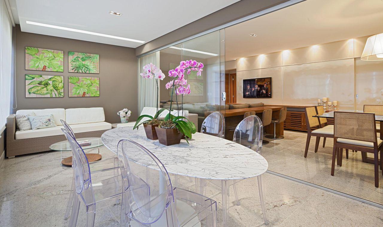 Mesa Branca Com Cadeiras De Acr Lico De Eduarda Corr A 71581 No  -> Cadeiras Para Sala De Jantar Acrilico