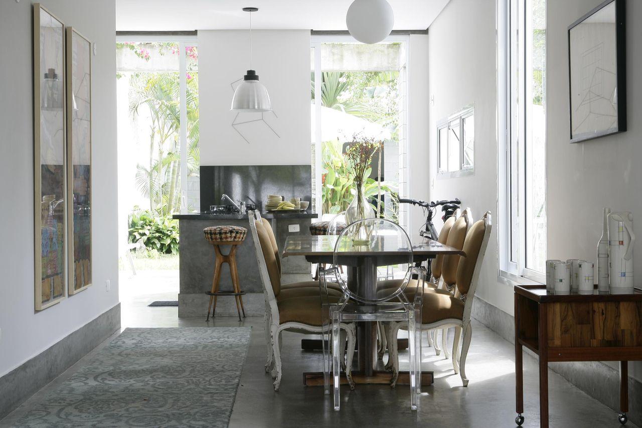 Mesa Com Cadeiras De Acr Lico Nas Pontas De Ant Nio Ferreira Junior  -> Cadeiras Para Sala De Jantar Acrilico