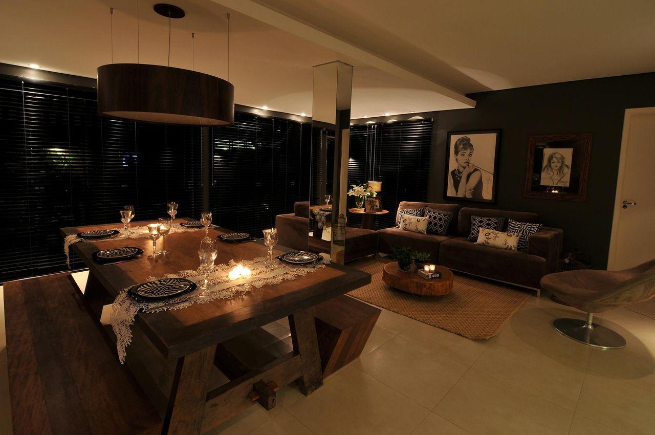 mesa de jantar de madeira com cavaletes e bancos laterais