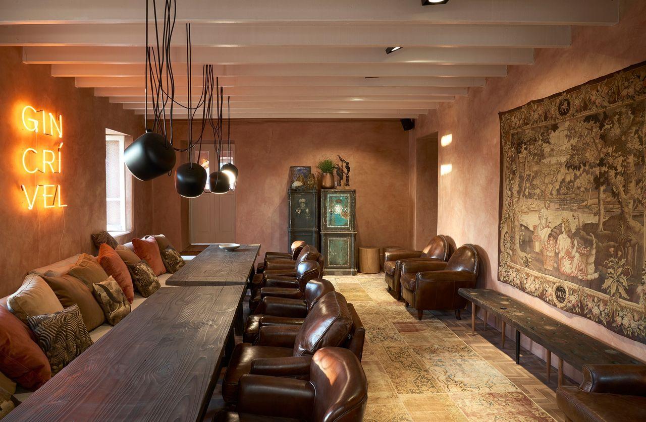 Decoração Móveis Rústicos Poltronas de couro marrom e luminárias metálicas casacormg17 153451