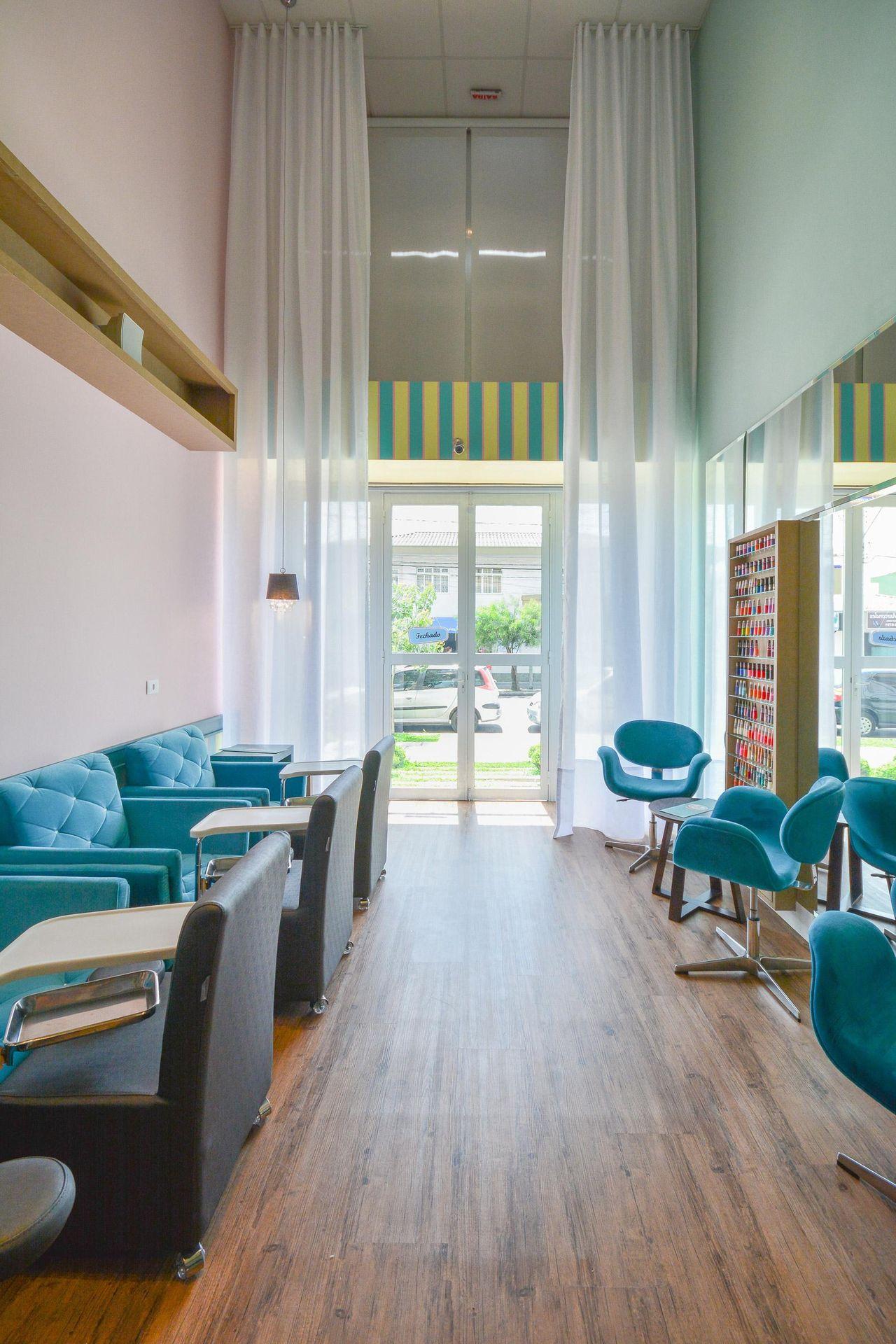 Top Esmalteria com cadeira Azul de Bender Arquitetura - 83276 no Viva  JC21