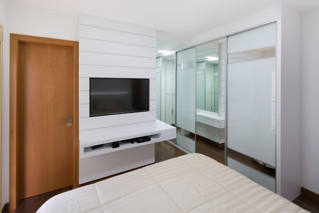 Quarto De Casal Branco Com Painel De Tv De Madeira De Scopo Design  ~ Quarto De Casal Planejado Com Suite